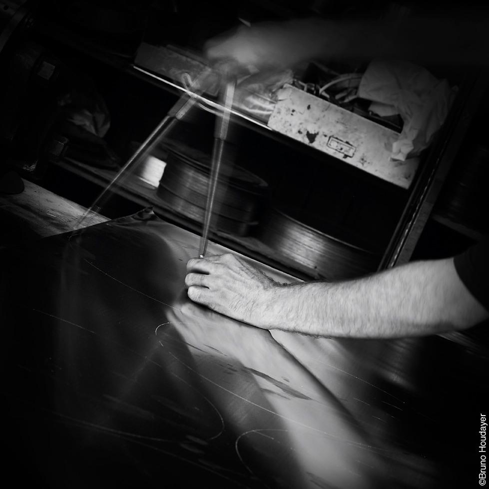 Atelier Astruc Repoussage/emboutissage de métaux - Gestes Artisanat d'art photographie