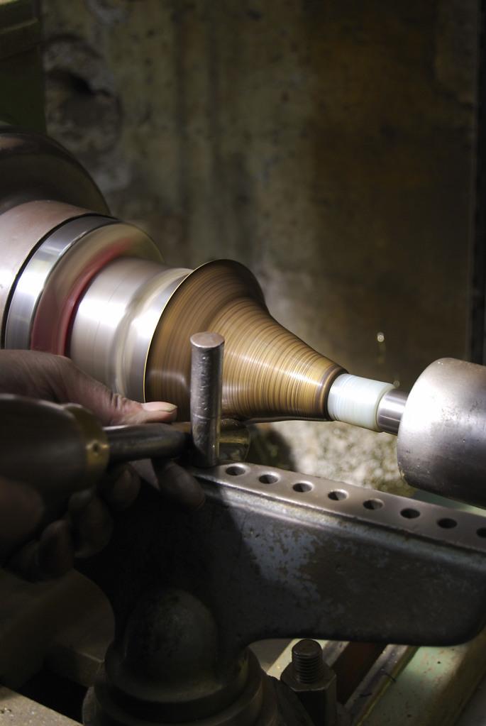 Atelier PERRET Repoussage/emboutissage de métaux - Gestes Artisanat d'art photographie